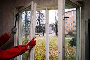 Демонтаж старого деревянного окна